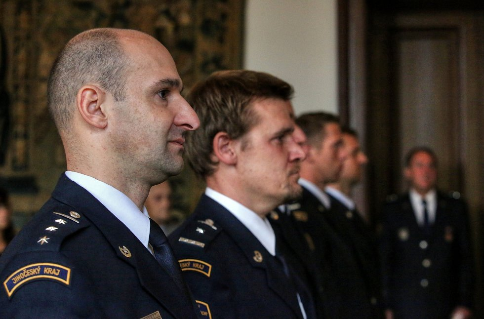 Hasičský záchranný sbor ČR udělil nejlepším jihočeským profesionálním hasičům služební medaile HZS ČR.