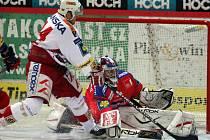 Hokejisté pražské Slavie rozdrtili českobudějovický Mountfield na jeho ledě 7:0. Hostující David Hruška, jenž dal Jihočechům dva góly,  v šanci před brankou Jakuba Kováře.