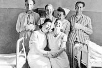 Šťastné chvíle v těžké době. Přes všechny potíže poválečné doby měli k sobě sestry i pacienti blízko. Svědčí o tom snímek z roku 1955.