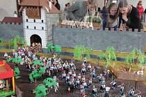 Přes 550 figurek stavebnice Playmobil, připomínajících české igráčky, přibližuje hravou a vtipnou formou události kolem koncilu v Kostnici 1415, po němž byl upálen Jan Hus. Nová expozice v Jihočeském muzeu cílí na děti, zůstane zde do 13. ledna 2016.