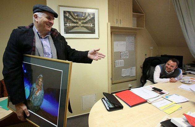 Jiří Šesták končí k1. listopadu 2014jako ředitel Jihočeského divadla. Na snímku při vyklízení kanceláře, vruce má fotografii Evy Urbanové, vzadu za stolem jeho nástupce Lukáš Průdek.
