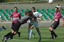 Osudný moment: Gólman Dynama U19 Miroslav Jirkal vyboxoval míč, vzápětí se hlavou nešťastně srazil s útočníkem Mostu.