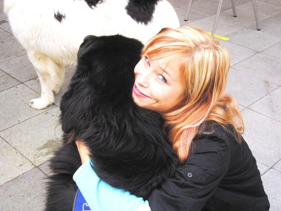 Tereza Korecká se věnuje jako dobrovolnice canisterapii. Na snímku s novofundlandským psem Fripem.