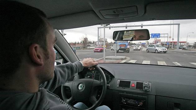 Nebezpečným situacím čelí řidiči, kteří odbočují z Nádražní do Jírovcovy ulice. Mají totiž velmi omezený výhled, a proto musí vjet naslepo předkem vozidla do protisměru.