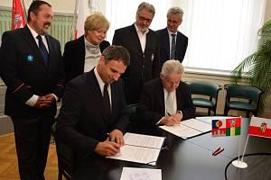 Memorandum o spolupráci záchranných služeb podepsali hejtman Jiří Zimola a Josef Pühringer.