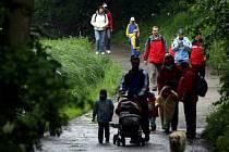 Návštěvu pohádkového lesa na trase od Rudolfova k rybníku Mrhal si mnoho návštevníků nenechalo ujít ani přes vydatný déšť.