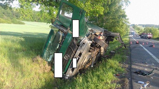 Vážná dopravní nehoda se vpátek před půl šestou odpoledne stala na silnici první třídy mezi Českými Budějovicemi a Pískem.