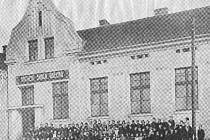 Školní lavice vystřídalo v roce 1928 cvičební nářadí. Původní budovu matiční školy v Rožnově totiž získali sokolové. Ti postupně zrušili školní třídy a vybudovali tělocvičnu.