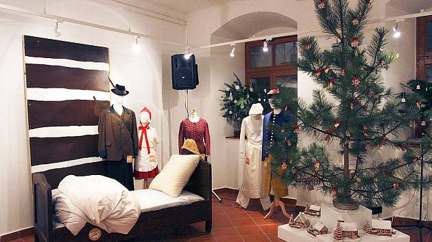 Vánoční výstavy nabízejí jesličky z 19. století, díla následníků šumavských lidových řezbářů i figurky, které mají tváře pracovníků muzea. Ze zástupu více či méně tradičních adventních výstav v kraji vybočuje expozice Vánoce s Arabelou.