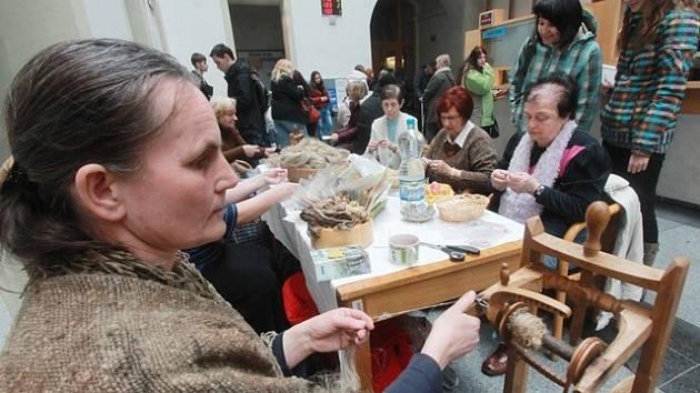Tradiční pletení velkopáteční nitky v Českých Budějovicích.