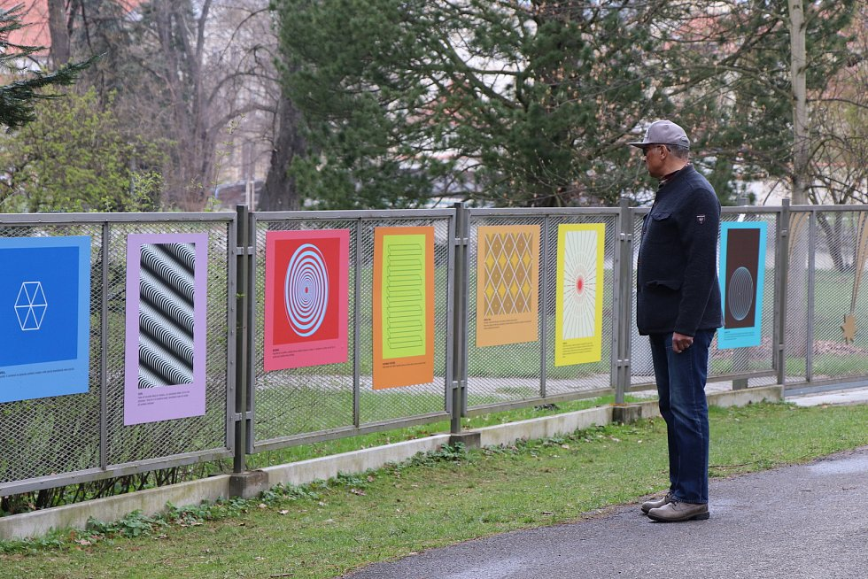 Výstava optických hříček a zrakolamů na plotě českobudějovické hvězdárny.