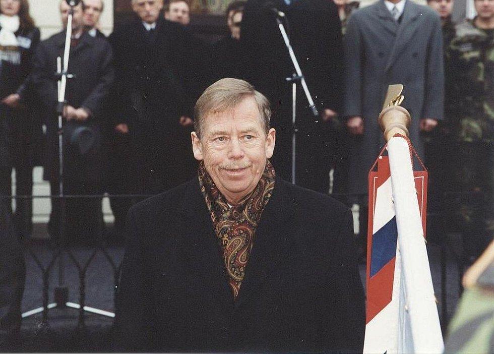 Snímky z Havlovy návštěvy Krumlova v roce 2002, kdy se na náměstí Svornosti setkal s vojáky 1. Česko-slovenského praporu, který působil v Kosovu. Do Krumlova jej doprovodil tehdejší slovenský prezident Rudolf Schuster.