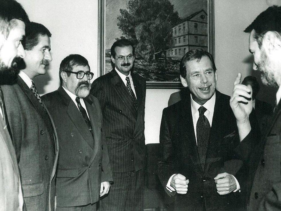 Podruhé prezident Václav Havel navštívil Písek ve čtvrtek a pátek 17. a 18. října 1996. Na radnici se setkal se členy zastupitelstva města. Na snímku (zprava) starosta Tom Zajíček a zastupitelé Václav Kalina, Jindřich Rosol, Petr Pumpr a Tomáš Franců.
