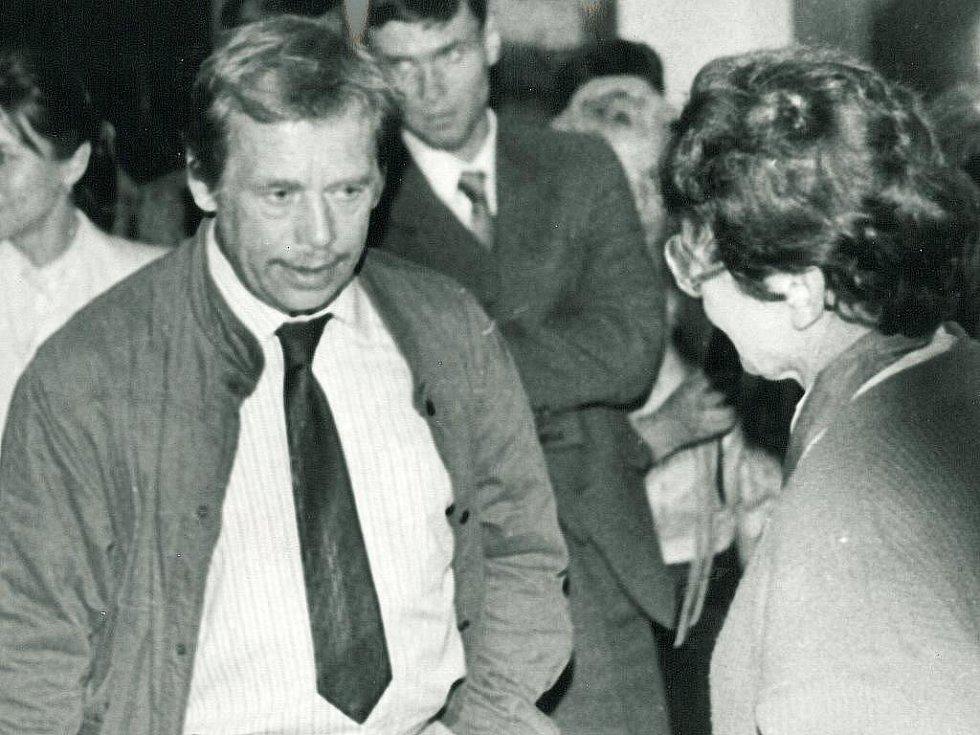 První porevoluční návštěva Václava Havla v Písku se uskutečnila 29. května 1990. Na snímku je Václav Havel s první porevoluční starostkou Písku Věnceslavou Skřivánkovou.