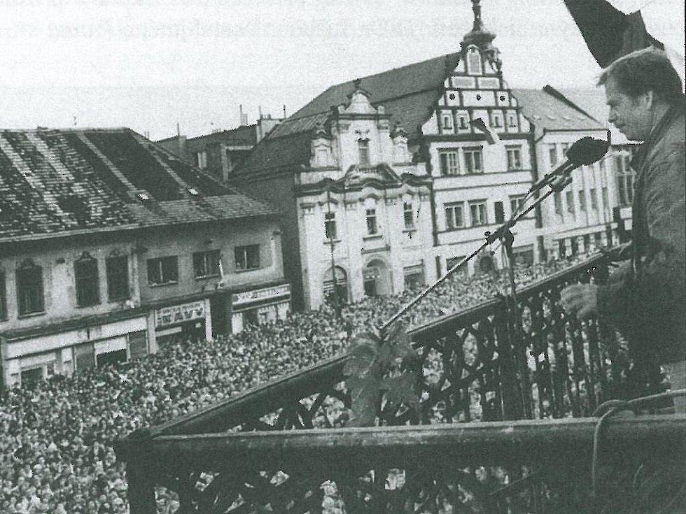 Václav Havel mluví v květnu 1990 k zaplněnému píseckém Velkému náměstí.