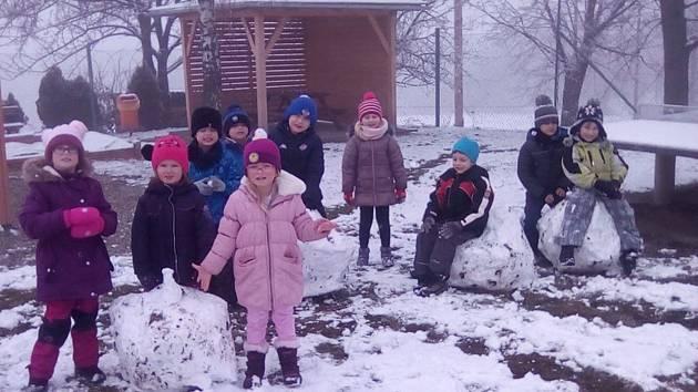 Děti si užívaly sněhu.