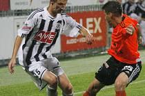 Pavel Novák v zápase s Olomoucí bojuje o míč s hostujícím Navrátilem.