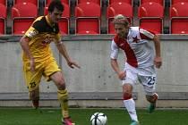 Tomáše Mičolu, jen v Edenu dal Dynamu všechny tři góly, stíhá Jaroslav Machovec.