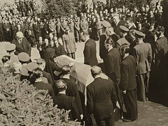 Fotografie z pohřbu Edvarda Beneše v Sezimově Ústí ze dne 10. září 1948.
