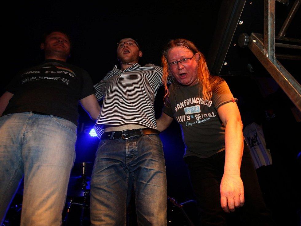 Známý českobudějovický klub Highway 61 má za sebou poslední koncert pod touto značkou. Na rozloučenou tam zahrál 16. ledna 2015 rocker Roman Dragoun s kapelou His Angels (na snímku zcela vpravo).