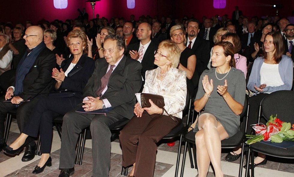 Hejtman Jihočeského kraje Jiří Zimola předal ve středu večer sedmi osobnostem ocenění Zlatá šupina.