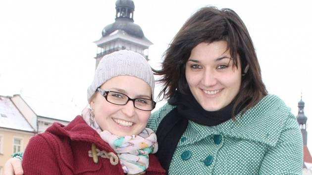 Ze zasněžených Budějovic se Radka Krygarová (vlevo) a Kateřina Homolková vydaly v sobotu do africké Zambie, kde se denní teploty v současnosti šplhají až k 15 °C.