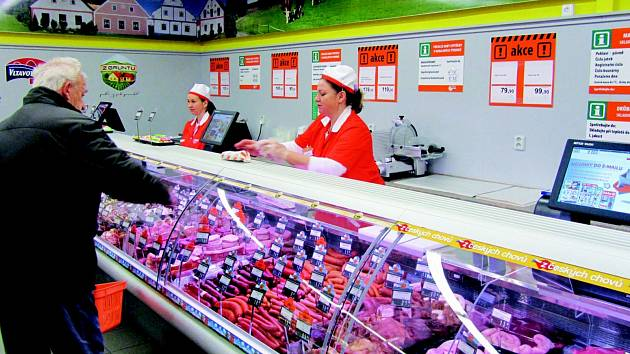 Obslužný úsek s bohatou nabídkou uzenin, salátů, pomazánek a cukrářských výrobků od jihočeských výrobců.