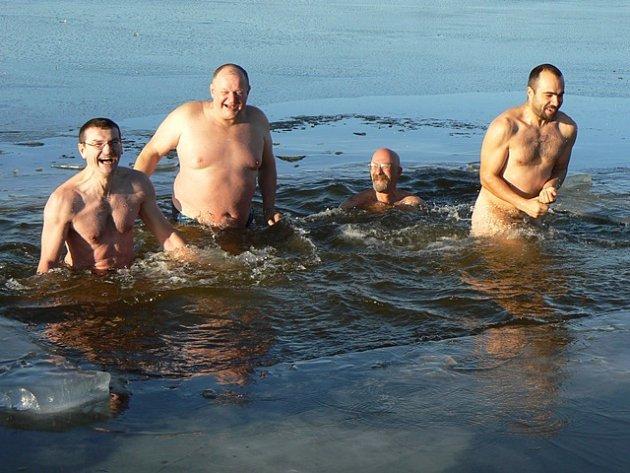 Otužilci ve vysekaném otvoru na rybníku Dehtář (26. prosince 2009).  Na snímku jsou zleva Miroslav Mateides, Stanislav Babor, Petr Kuklík – již v Čakově nebydlí a Petr Šišpela.