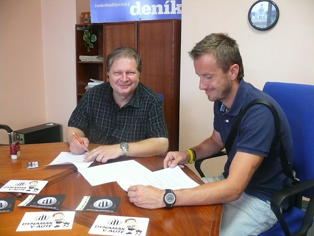 Ředitel Ivan Novotný a manažer Radim Šupka podepisují smlouvu