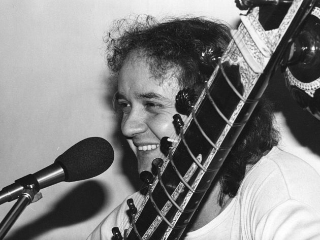 Dobrou náladu rozdával podle vzpomínek svých spoluhráčů kytarista a sitárista Emil Pospíšil. Je známý především jako spoluhráč Karla Plíhala. Poslední roky trávil v Českých Budějovicích. Zemřel před 20 lety, jeho rodina chystá 25. října benefiční koncert.