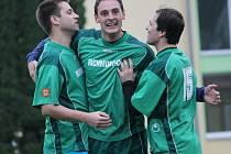 Fotbalové Chrášťany (v zeleném) doma smazaly dvoubrankové manko a s béčkem Rudolfova hrály smírně 3:3.