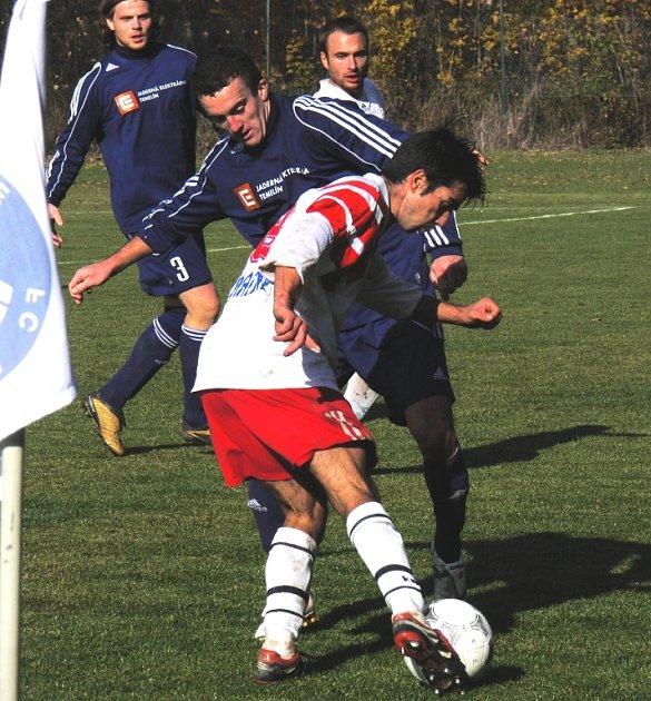 Autor třetího gólu Bavorovic Melichar (v bílém) se snaží protlačit míč kolem Meidla (vzadu s č.3 Šonka a Štojdl) .