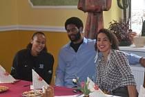 ZÁBAVA. Basketbalistky Strakonic zakončily sezonu v Hluboké nad Vltavou, kde společně povečeřely a pobavily se. Na snímku jsou americké hráčky Shay Selbyová (vlevo) a Brittney Thomasová se svým kamarádem, který zápasy Strakonic pravidelně navštěvoval.
