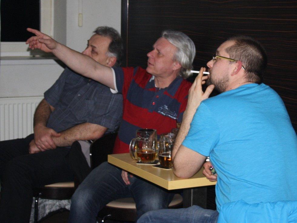 Hlavním tématem sobotního večera ve většině restaurací byl olympijský hokejový zápas české reprezentace se Švýcary. S napětím sledovali televizi i hosté Live Baru v Čéčově ulici.