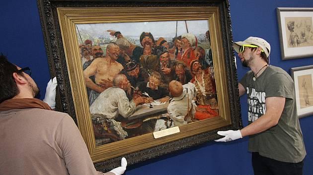 Výstava Ilja Repin a ruské umění, kterou pořádala Alšova jihočeská galerie, získala společně s kapelou Incognito nejvíc hlasů v anketě Deníku Jihočeská kulturní událost roku. Snímek z červnových příprav výstavy v zámecké jízdárně na Hluboké.