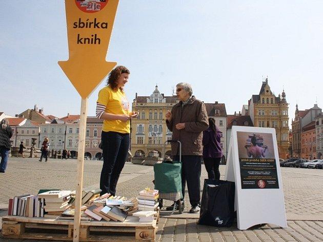 Sbírka knih na budějovickém náměstí.