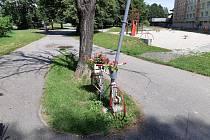 Na Jiráskově nábřeží je nově nazdobené kolo.