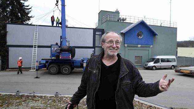 Kovový dům v podobě kufru postavil na nádraží v Kájově u Českého Krumlova sochař Miroslav Páral (snímek). Kufr je podle něj symbolem útěku, deportací, ale i zážitků, které se při otevření vrací. Dům je dlouhý 12 metrů, šest vysoký a 3,6 metru široký.