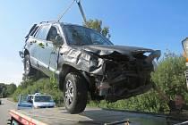 Muž při havárii vozidla během jízdy vypadl na vozovku.