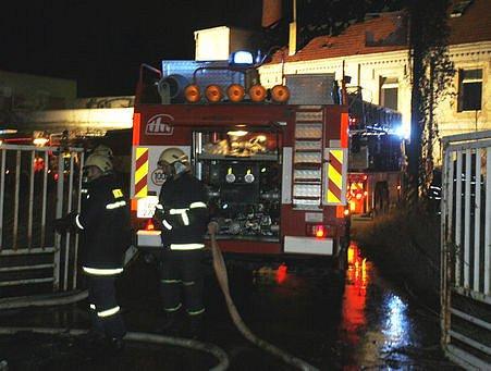 Opuštěný objekt bývalé sodovkárny zachvátily ve čtvrtek večer plameny.