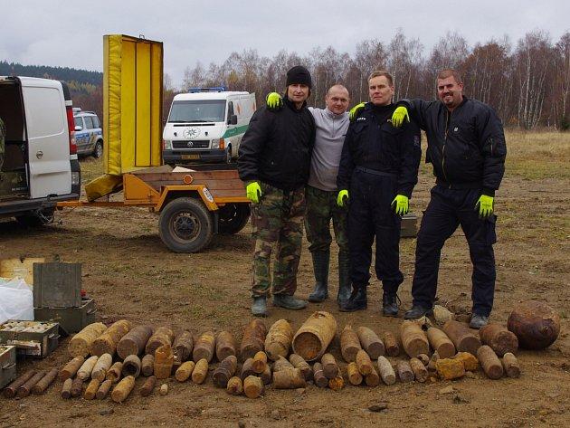 Jihočeští pyrotechnici (zleva) Marek Schlauch, Ladislav Černoch, Daniel Kabourek a Radovan Daniel. Chybí velitel jednotky Pavel Zikmund.
