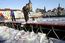 Měsíc sloužilo veřejnosti na českobudějovickém náměstí Přemysla Otakara II. dočasné kluziště. Po Třech králích byla ledová plocha rozbita (na snímku) a konstrukce odvezena. Za jakých podmínek se atrakce do města vrátí, o tom nyní rozhodují radní.