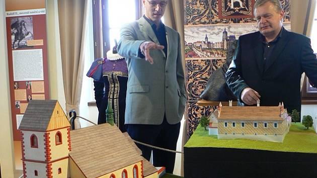 Expozici Hornického muzea v Rudolfově si na snímku prohlížejí starosta Vít Kavalír (vlevo) a radní Ondřej Švejda. Zastavili se u modelů dominant města, které vytvořil Daniel Kovář.