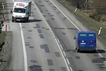 Kličkovat mezi výmoly musejí řidiči na mnoha jihočeských silnicích. Náš snímek je ze silnice E55 za Planou ve směru z Českých Budějovic na Kaplici.