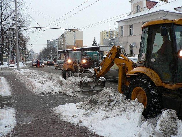 Úklid sněhu při kalamitě v Českých Budějovicích.