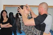 Daniel Petrejčík a Nikola Tomiová z městské policie ukazují zájemkyním, jak se ubránit napadení.