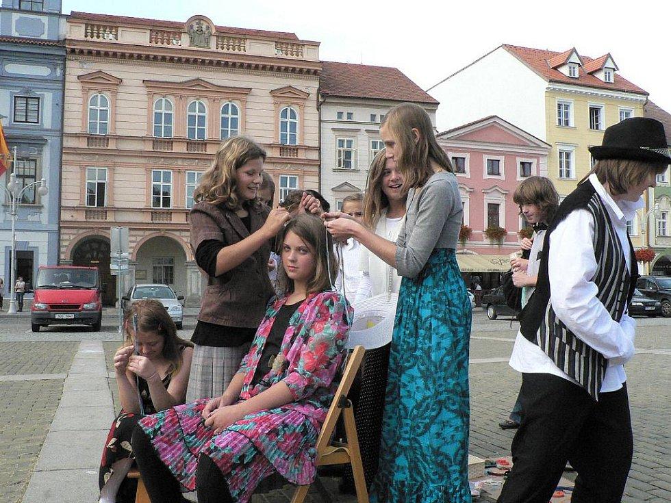 Děti z českobudějovické waldorfské školy při charitativní akci.