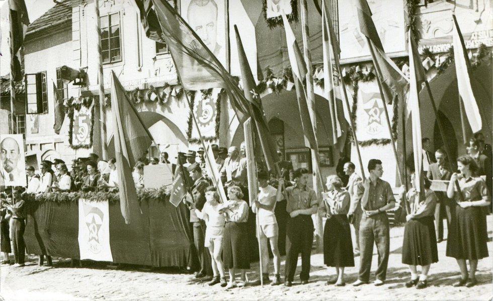 1. máj 1952. Vlajkonoši u tribuny před radnicí na vltavotýnském náměstí..