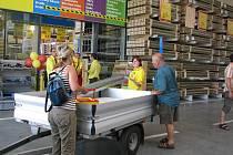 S AUTEM V OBCHODĚ. Velký nákup zákazníci nové prodejny naloží rovnou do auta. Oddělení stavebnin je průjezdné.