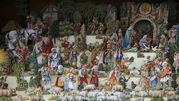 S netradičním nápadem přišli letos tvůrci vánoční výstavy v Jihočeském muzeu v Českých Budějovicích. Betlém původně postavili jen se svatou rodinou. Návštěvníky muzea vyzvali k doplnění dalších postav.  Nápady lze čerpat například z redakčního snímku.